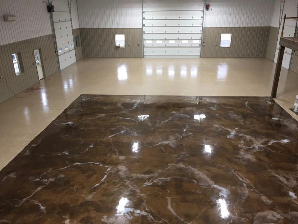 Dual design glossy flooring in large warehouse